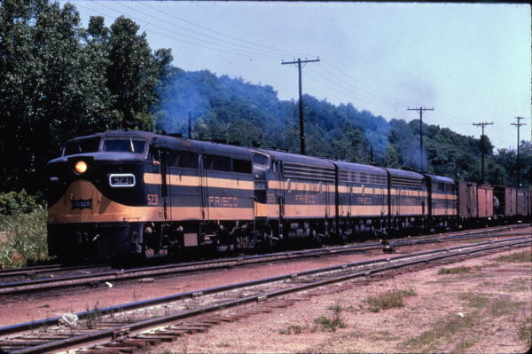 FA-1 5231 and F7A 5023 lead a freight train at Kansas City, Kansas in June 1961 (Al Chione)