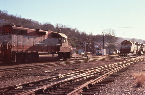 GP38-2s 673 and 410 meet at Newburg, Missouri in December 1977