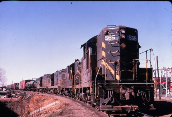 GP7s 565 and 512 are identified among two other GP7s leading a freight train near Kansas City, Missouri in February 1970 (Al Chione)