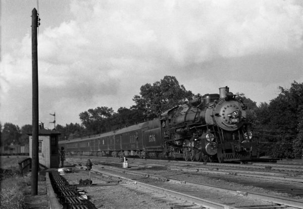 4-8-2 1516 on Train #1 at Lindenwood Yard, St. Louis, Missouri in 1940 (William K. Barham)