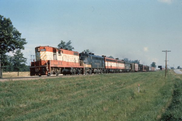 GP7 595 and F7A 18 at Rolla, Missouri in July 1973 (Don Jocelyn)