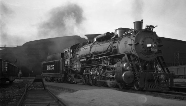 4-8-2 1525 at St. Louis, Missouri in May 1939 (V. Seaver)