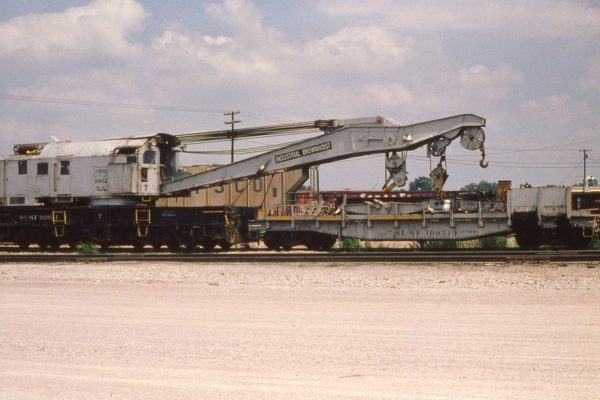 Crane 99021 and flatcar 109319 at Tulsa, Oklahoma on May 31, 1980