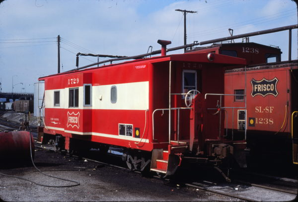 Cabooses 1729 and 1238 at Kansas City, Missouri on April 18, 1980 (John Benson)