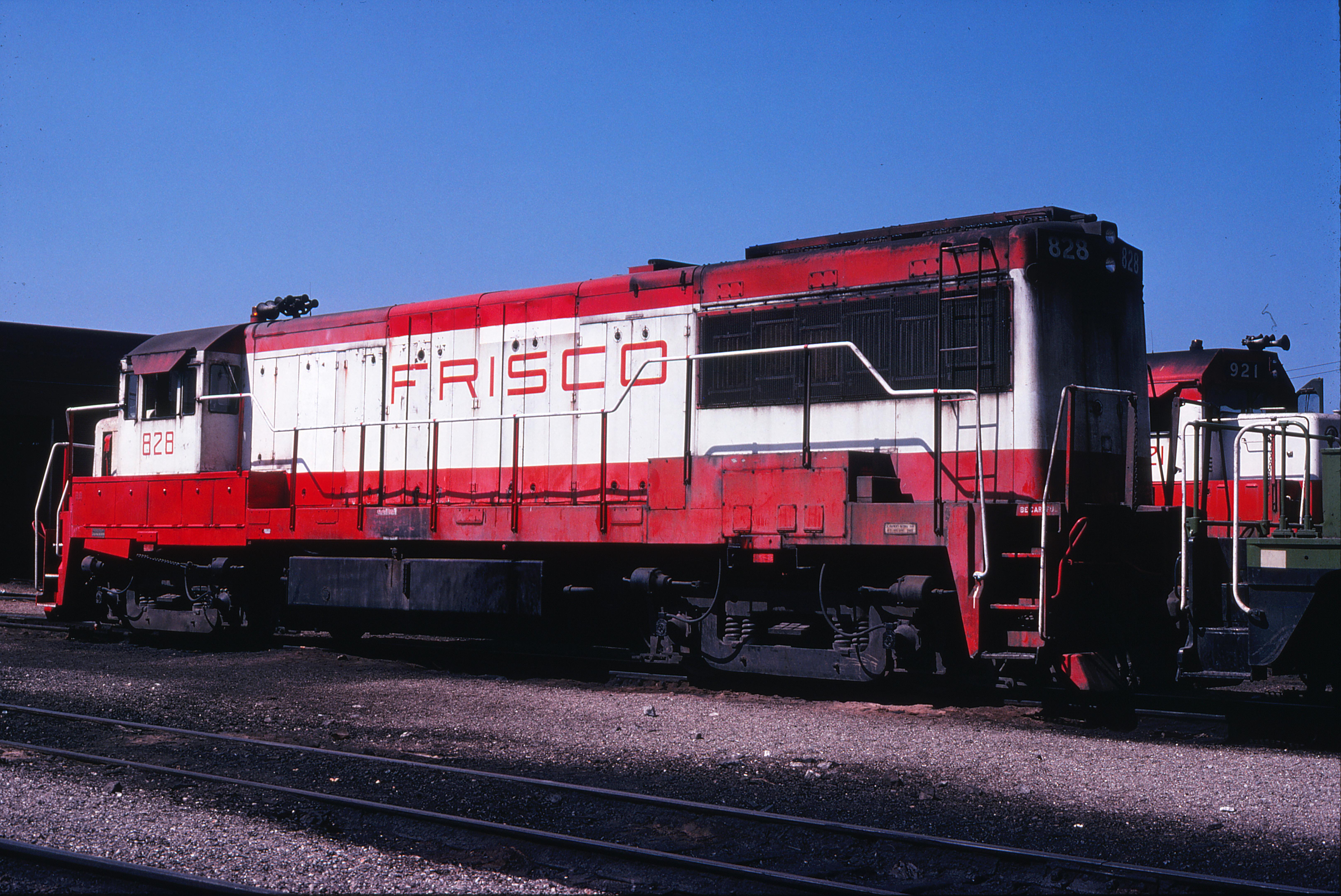 U25B 828 at Springfield, Missouri in September 1978