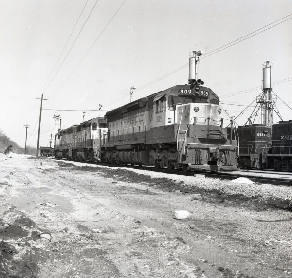 SD45 909 and GP35 719 at Memphis, Tennessee in April 1971
