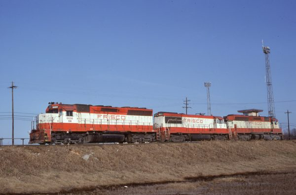 SD45 6686 (Frisco 938), U25B 5223 (Frisco 821), and SD45 932 at Memphis, Tennessee in January 1981 (Lon Coone)