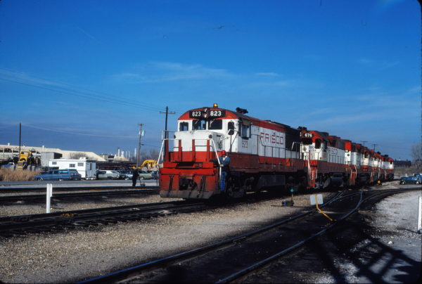U25B 823 and GP38-2 676 at Tulsa, Oklahoma on December 24, 1980 (Gene Gant)