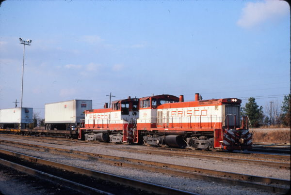 SW1500s 318 and 315 at Memphis, Tennessee on December 7, 1980 (David Johnston)
