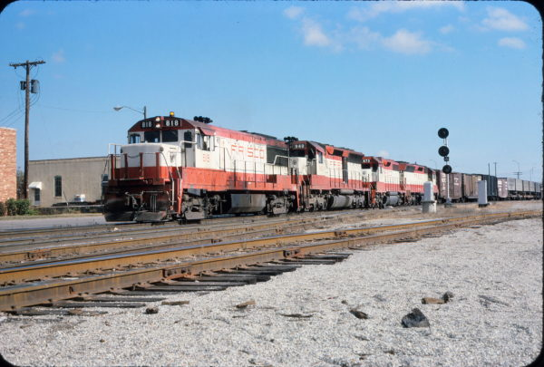 U25B 818, SD45 940 and GP38-2 673 at Tulsa, Oklahoma in November 1975 (John Nixon)