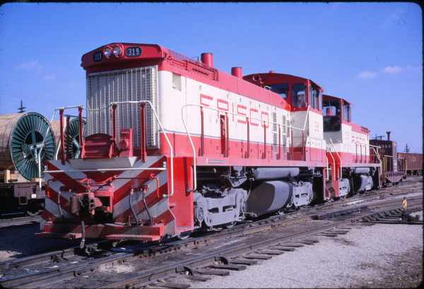 SW1500s 319 and 315 at Memphis, Tennessee on February 12, 1969 (William White)