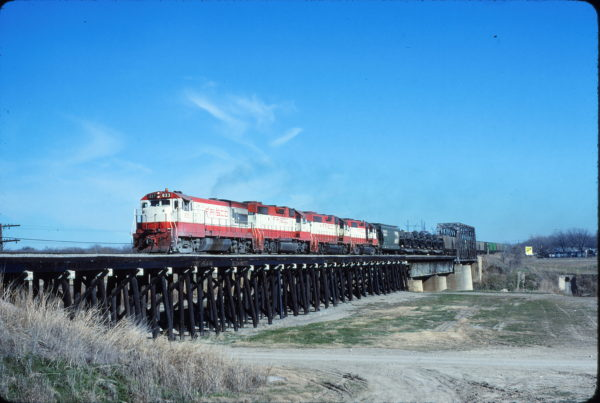 U30B 833 and GP38-2 458 at Fort Worth, Texas in January 1981 (Bill Phillips)