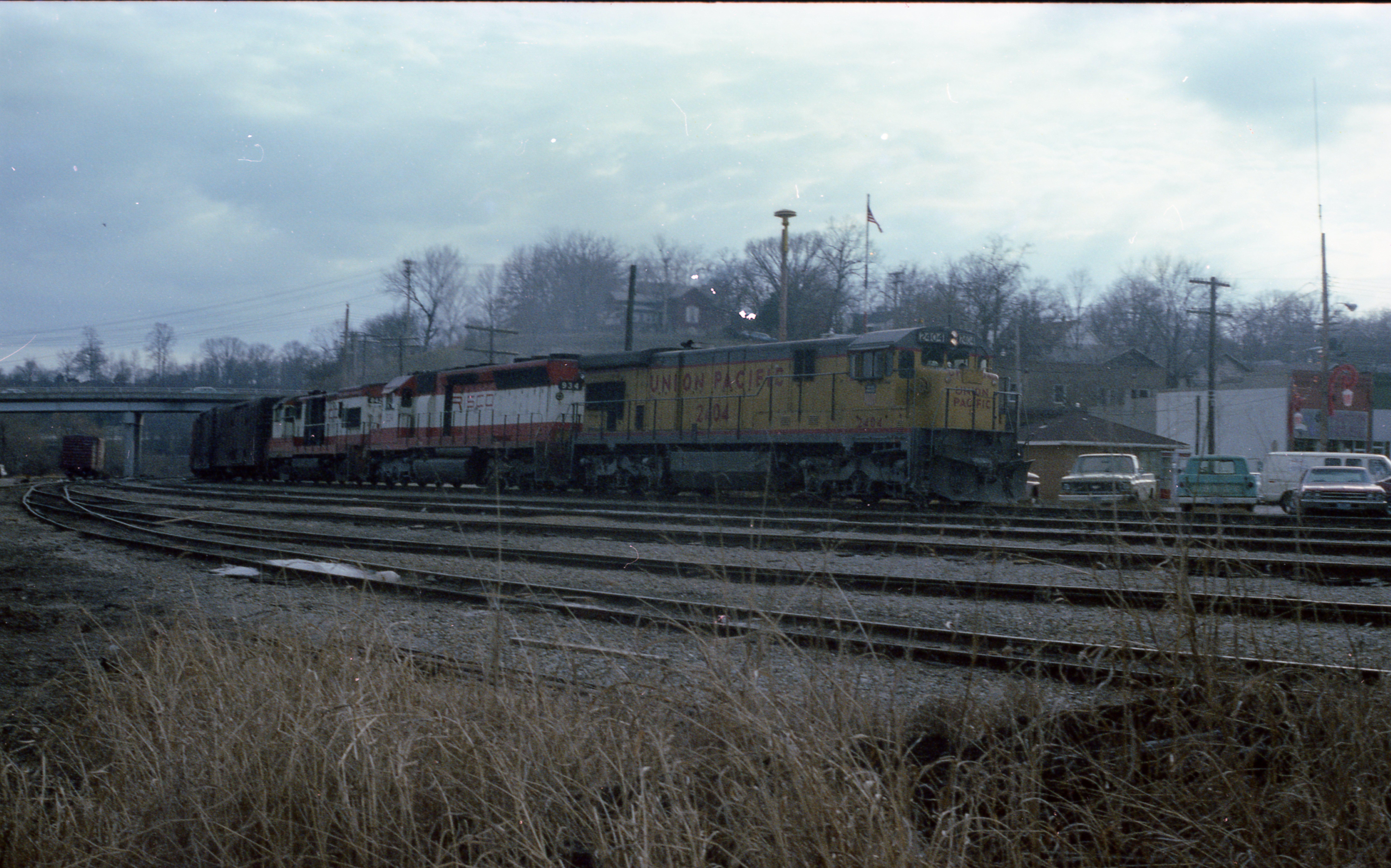 U30B 842 and SD45 934 at Thayer, Missouri on December 28, 1978 (R.R. Taylor)