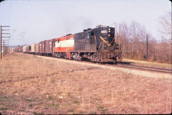 GP7s 527 and 525 at Avoca, Arkansas in April 1970 (Mike Condren)